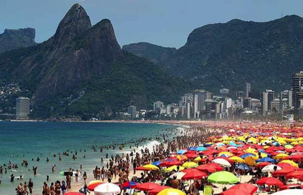 La plage d'Ipanema, bondée en été, est le lieu de travail idéal des vendeurs ambulants