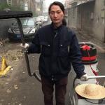 L'artiste Nut Brother explique que l'idée d'aspirer la pollution lui est venue à force d'entendre quotidiennement des rapports inquiétants sur la qualité de l'air à Pékin. © Tom Phillips