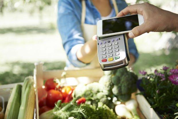 Paiement par téléphone sur un marché localv