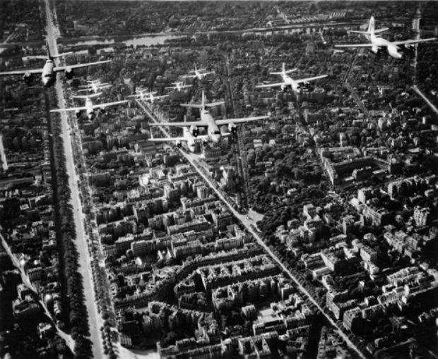 Avions survolants la ville de Paris après la libération de 1944