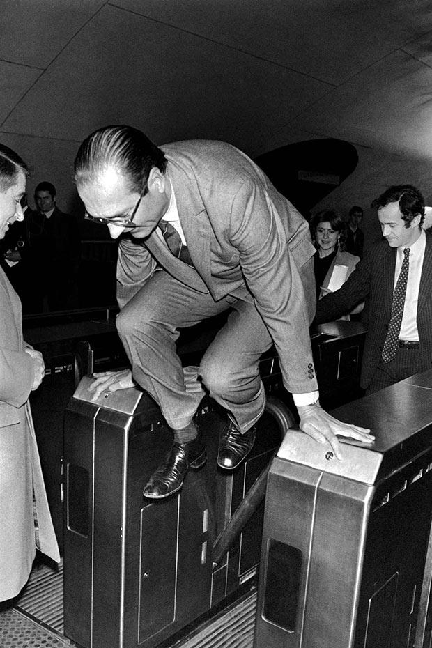 jacques chirac sautant un portique du métro de paris