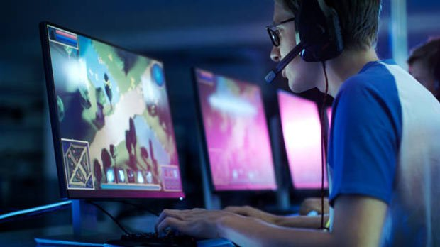 photo d un gamer jouant a son ordinateur