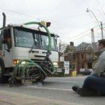 Militant empêchant la suppression d'une voie vélo à Toronto en 2012