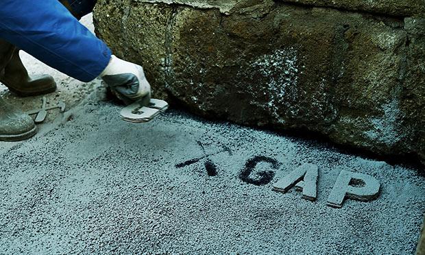 photographie d un homme taguant gap sur le sol