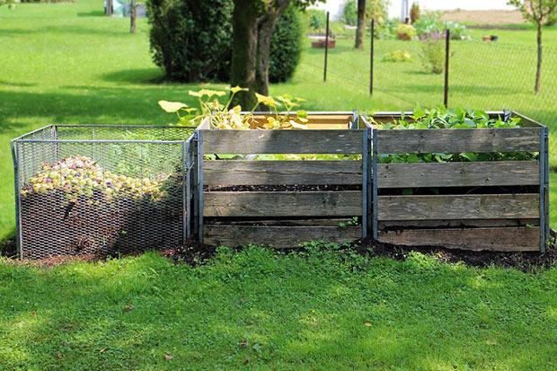 photographie de deux composteurs dans un jardin