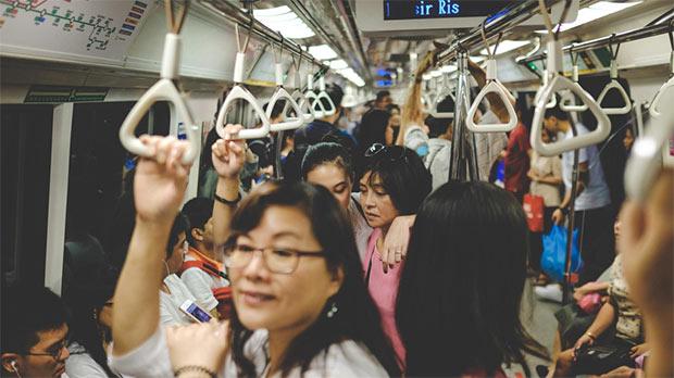 des personnes dans le metro a tokyo