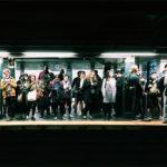 photographie d un quai de metro bondes a new york