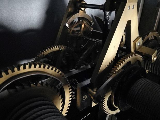 photographie du mecanisme de l horloge du pantheon