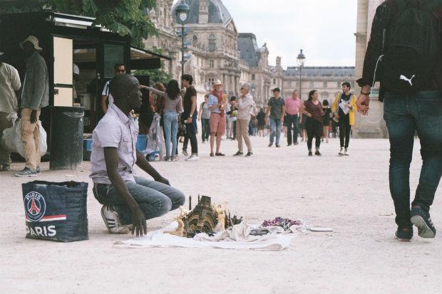 Un vendeur de tours Eiffel au Jardin des Tuileries à Paris