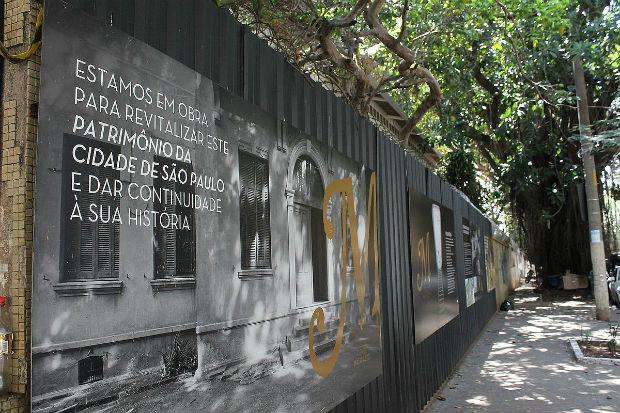 """Mur descriptif sur les constructions de 2016 de la Cidade Matarazzo, avec la phrase suivante : """"Nous sommes en construction pour revitaliser ce patrimoine de la ville de São Paulo et donner une continuité à son histoire."""