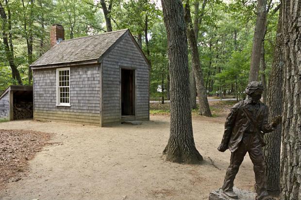 Statue de Henry David Thoreau et réplique de sa cabane, près de l'étang de Walden dans le Massachusetts - Wikipédia