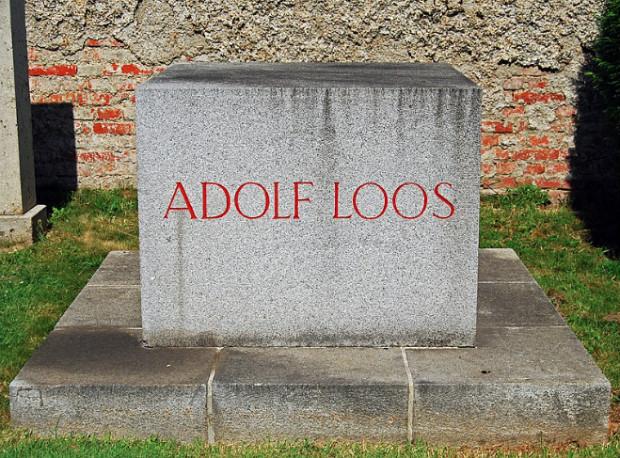 Y compris sur sa sépulture, l'architecte Adolf Loos a choisi de bannir tout ornement. Mais doit-on toujours suivre ses préceptes ? © HeinzLW