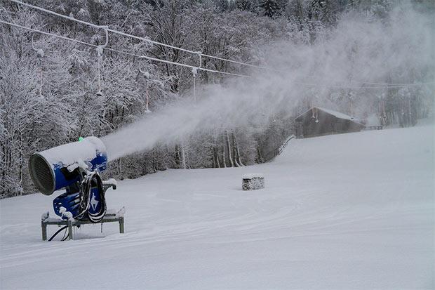 photo d un canon a neige en fonctionnement