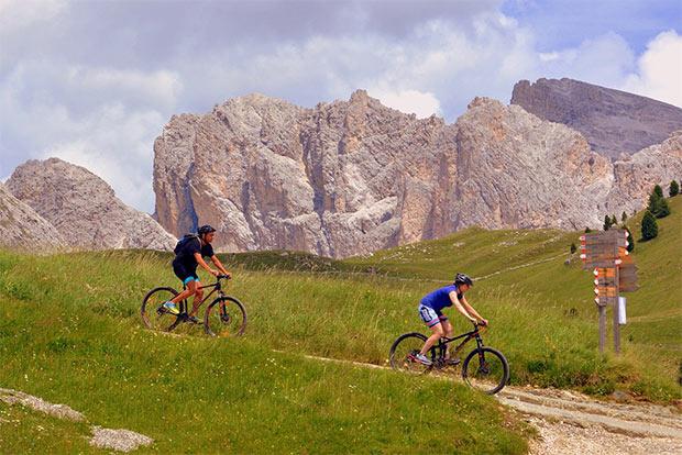 photo de deux personnes descendant la montagne en VTT