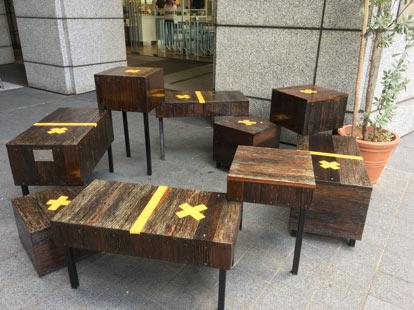 photographie de banc avec des croix pour matérialiser le social distancing
