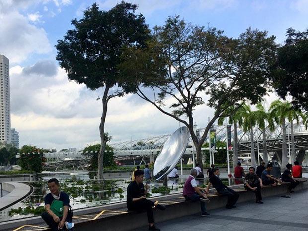 photo où des singapouriens sont assis au bord de la mer