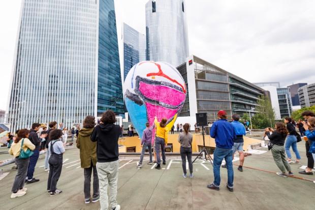 Gonflage de la montgolfière, avec en fond les tours de la Défense - photo @salimsantalucia