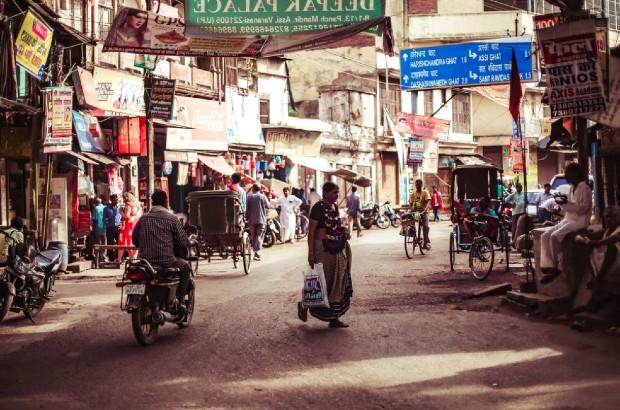 Ville de Varanasi, Inde ©️ Charl Folscher via Unspalsh