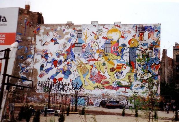 Graffiti sur le mur arrière du Tacheles, un des plus squats artistiques berlinois les plus emblématiques, en 1995 - Wikipédia/Traumrune