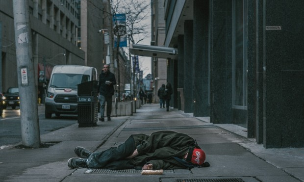 Homme dormant dans la rue - Pexel